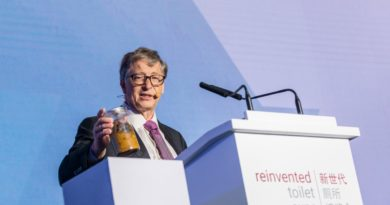 Poop in hand, Bill Gates backs China's toilet revolution